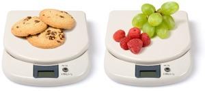 Kekse auf Waage und Obst auf Waage