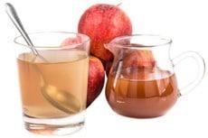 Apfelessig in einem Glas und einem Krug
