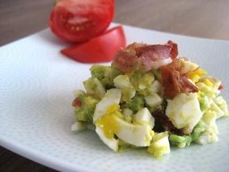 Speck-, Eier-, Avocado- und Tomatensalat