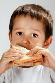 Junge, der ein Sandwich isst