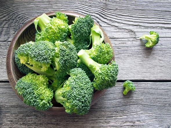 Brokkoli in einer Schüssel auf einem Holztisch