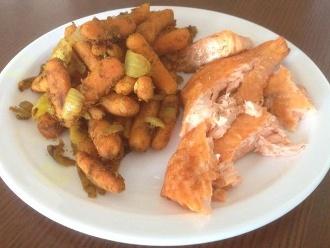Gebratener Lachs mit Zwiebeln und Karotten