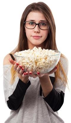 Brünette hält eine Schüssel Popcorn