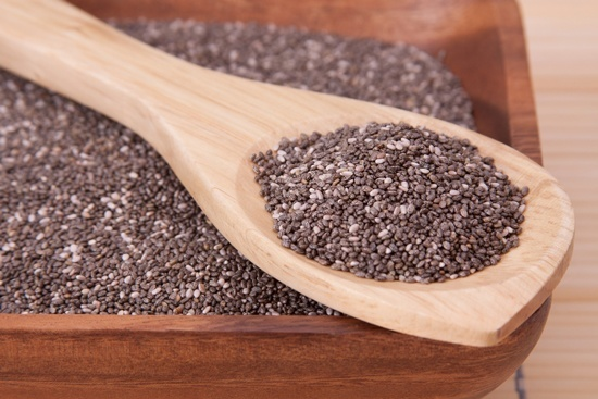 Chia-Samen in Holzschale und Löffel