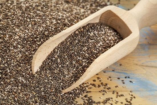 Chia-Samen auf einem Holztisch