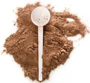 Schokoladenproteinpulver und eine weiße Kugel