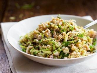 Gehackter Rosenkohlsalat mit Hühnchen und Walnüssen