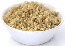 Gekochte Quinoa in weißer Schüssel