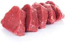 Rote Fleischstücke schneiden