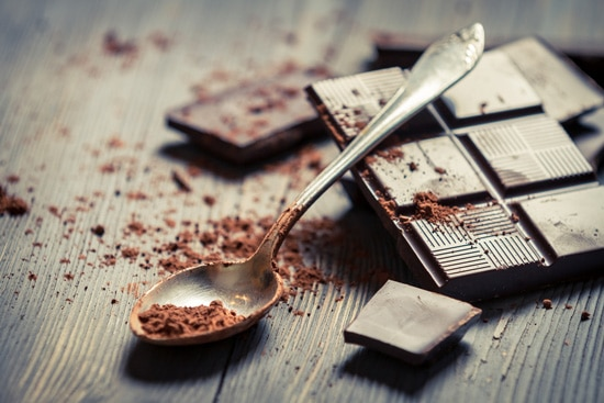 Dunkle Schokolade mit Löffel