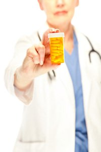 Doktor hält eine Schachtel Pillen
