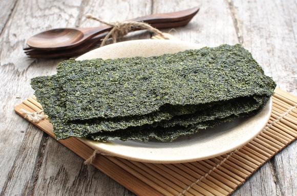 Getrocknete Algen auf Teller