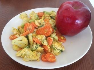 Eier und Gemüse mit einem Apfel