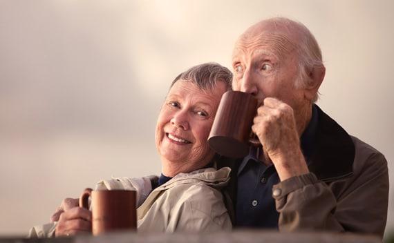 Älteres Paar außerhalb Kaffee trinken