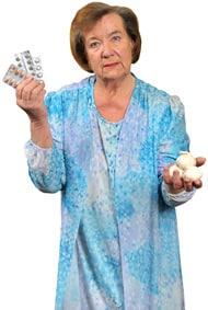 Ältere Frau, die zwischen Pillen und Knoblauch wählt