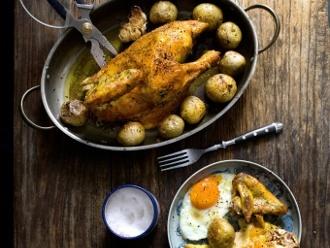 Berühmtes Brathähnchen mit Kartoffeln und Eiern
