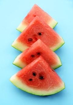 Vier Scheiben Wassermelone in einer Reihe