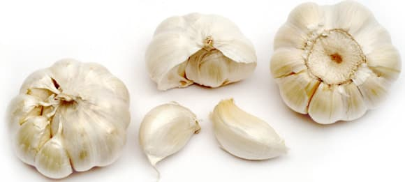 Knoblauchknollen und Nelken
