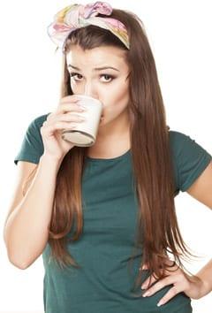 Mädchen, das fettarme Molkerei trinkt