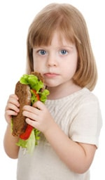 Mädchen, das Sandwich isst