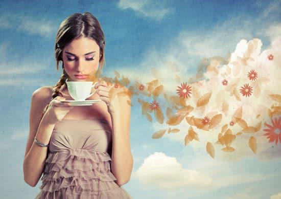 Mädchen riechen Tasse Kaffee