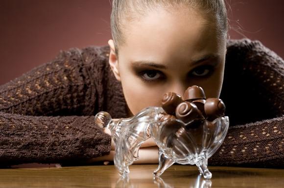 Mädchen, das süchtig nach Schokolade ist