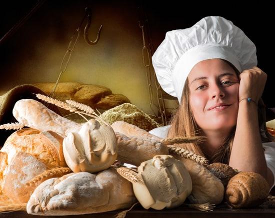 Mädchen mit frisch gebackenem Brot-Artikel