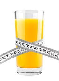 Glas Orangensaft mit Maßband