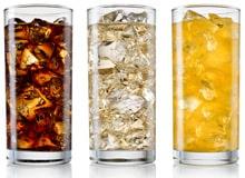 Gläser mit Soda und Eiswürfeln