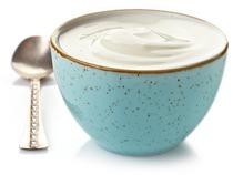 Griechischer Joghurt in einer blauen Schüssel