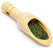 Grüner Tee in einem Holzlöffel