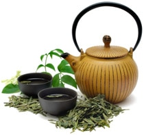 Grüner Tee mit Kanne und Tassen