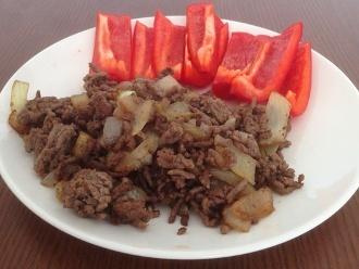 Hackfleisch mit Zwiebeln und rotem Paprika