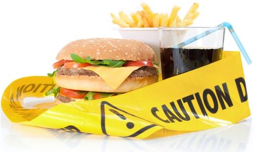 Junk Food mit gelbem Warnband