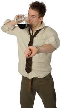 Mann, der Kaffee von der Kanne trinkt