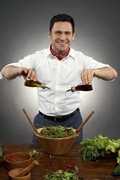 Mann, der Olivenöl auf Nahrung gießt