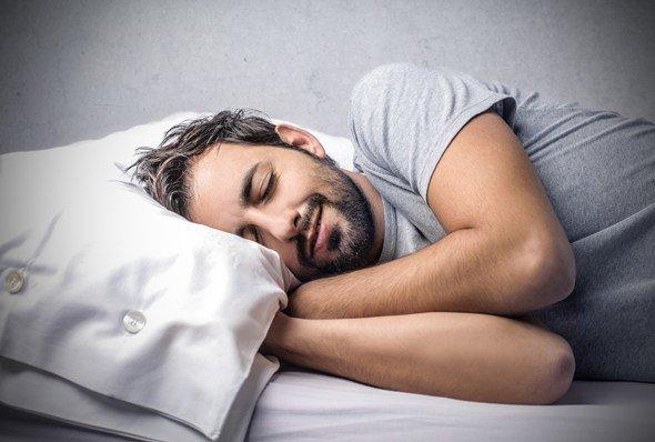 Mann, der zufrieden schläft