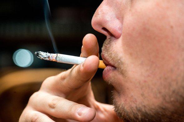Mann, der eine Zigarette raucht