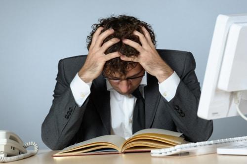 Mann, der bei der Arbeit gestresst ist