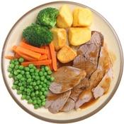Fleisch, Kartoffeln und Gemüse auf einem Teller