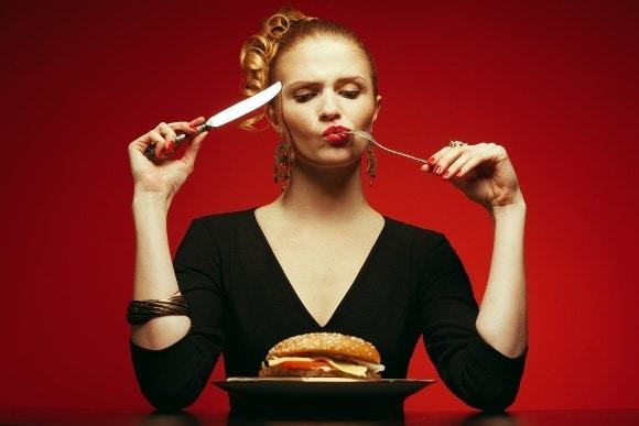 Achtsamer Burger essen