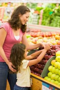 Mutter und Tochter kaufen Lebensmittel
