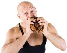 Muskulöser Mann, der Fleisch isst, kleiner