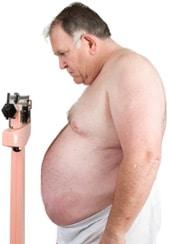 Übergewichtiger Mann auf einer Skala, kleiner