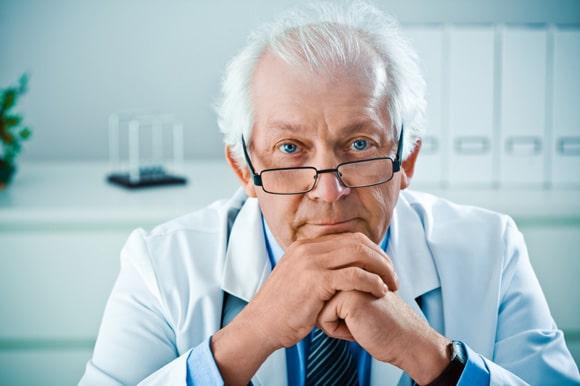 Älterer männlicher Arzt, kleiner
