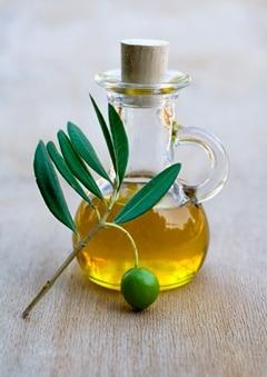Olivenöl in einem kleinen Glaskrug