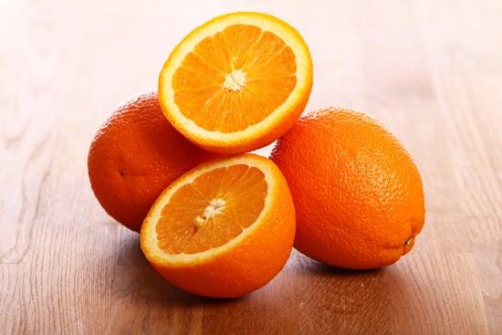 Orangen auf einem Holztisch