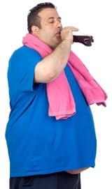 Übergewichtiger Mann, der Diät-Doda trinkt