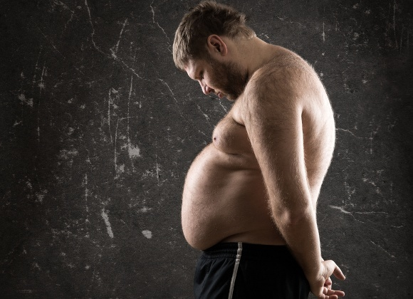 Übergewichtiger Mann, der niedergeschlagen aussieht