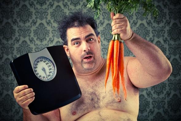 Übergewichtiger Mann mit Schuppen und Karotten